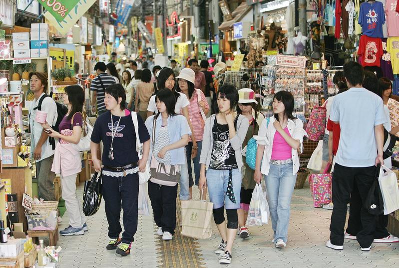 訪日中國遊客激增 明年購物稅全免